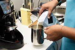Cappuccino do café Preparação da bebida Barista do trabalho Imagens de Stock Royalty Free