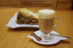 Cappuccino e bolo Fotos de Stock