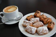 Cappuccino e bolo no fundo preto Imagens de Stock