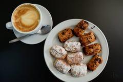 Cappuccino e bolo no fundo preto Imagem de Stock Royalty Free