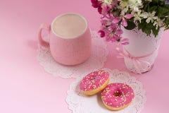 Cappuccino e ciambelle Piacere di mattina Tempo di godere di Fotografia Stock