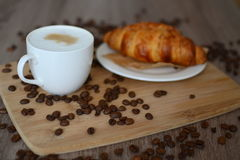 Cappuccino e croissant Imagem de Stock Royalty Free