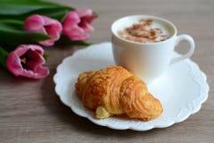 Cappuccino e croissant saboroso Fotografia de Stock Royalty Free