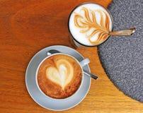 Cappuccino e latte na tabela de madeira Imagem de Stock Royalty Free