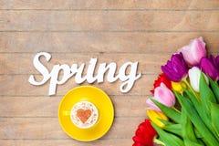 Cappuccino e primavera di parola vicino ai fiori Immagini Stock Libere da Diritti