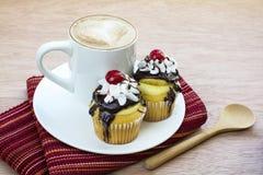 Cappuccino e sobremesa dos queques do creme de Boston Imagem de Stock Royalty Free