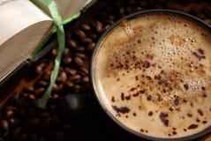 Cappuccino e um livro imagem de stock