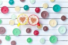 Cappuccino e velas no fundo branco Fotografia de Stock