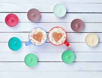 Cappuccino e velas no fundo branco Fotografia de Stock Royalty Free
