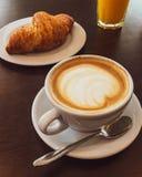 Cappuccino in een restaurant, bij een koffiepauze stock afbeelding