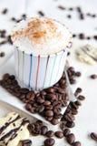 Cappuccino in einem bunten Cup Lizenzfreie Stockfotografie