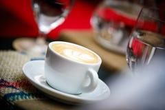 Cappuccino in einer porcelin Schale mit rosetta Design Lizenzfreie Stockbilder