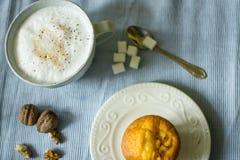 Cappuccino in einer Schale mit Herzen und Muffin Lizenzfreie Stockfotos