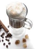 Cappuccino eller latte, populär varm drink av dagen Med tjockt mjölka skum och kanel Dekorerade kaffebönor, kryddor och Arkivfoto