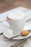 Cappuccino en la taza blanca Foto de archivo libre de regalías