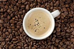 Cappuccino en los granos de café Foto de archivo