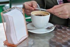 Cappuccino en una taza blanca Imagen de archivo libre de regalías