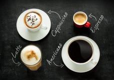 Cappuccino-, espresso-, americano- och lattekaffe på svart Arkivbild