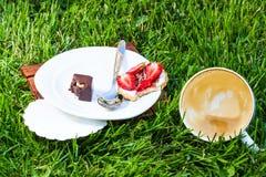 Cappuccino et dessert ivres de bonbon Photographie stock libre de droits