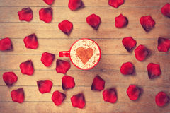 Cappuccino et pétales Image libre de droits