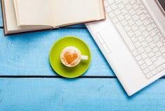 Cappuccino faisant avec l'amour et l'ordinateur portable Image stock