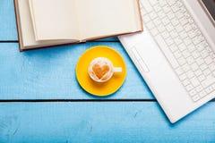 Cappuccino faisant avec l'amour et l'ordinateur portable Images libres de droits