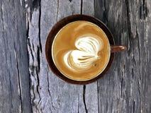Cappuccino filiżanka na starym drewnianym stołowym tle Zdjęcia Royalty Free