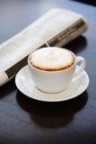 cappuccino filiżanki stół Zdjęcie Royalty Free