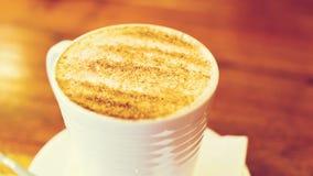 Cappuccino filiżanka na brown drewnianym stole Obrazy Royalty Free