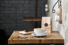 Cappuccino flatwhite koffie met eclair Royalty-vrije Stock Foto's