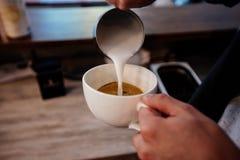 Cappuccino-Garprozess lizenzfreie stockfotografie