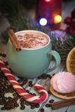 Cappuccino in groene mok met Kerstmisdecoratie en suikergoed Heemst en suikergoed stock afbeeldingen