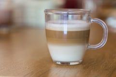 Cappuccino i klart exponeringsglas Royaltyfri Bild