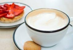 Cappuccino i truskawki tarta zdjęcia stock