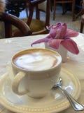 Cappuccino italiano típico na cafetaria elegante imagem de stock royalty free