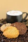 Cappuccino-Kaffee mit Plätzchen Lizenzfreies Stockbild