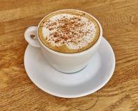 Cappuccino kawa w białym filiżanki zbliżeniu Obrazy Royalty Free