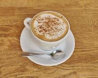 Cappuccino kawa w białym filiżanki zbliżeniu Zdjęcie Royalty Free