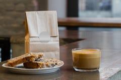 Cappuccino kawa z tortem Zdjęcia Stock