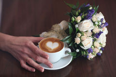Cappuccino kochanków kawa i boquet Fotografia Royalty Free