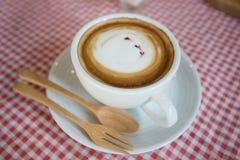 Cappuccino, latte misturado com a fonte do mel Fotos de Stock Royalty Free