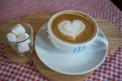 Cappuccino, latte misturado com a fonte do mel Fotos de Stock