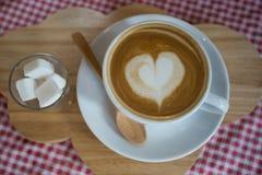 Cappuccino, latte misturado com a fonte do mel Fotografia de Stock Royalty Free