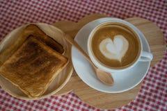 Cappuccino, latte misturado com a fonte do mel Imagem de Stock Royalty Free