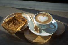 Cappuccino, latte misturado com o mel e posto lhe sobre o brinde Fotos de Stock