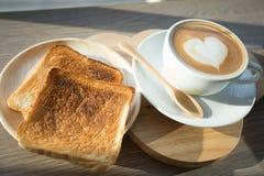 Cappuccino, latte misturado com o mel e posto lhe sobre o brinde Fotos de Stock Royalty Free