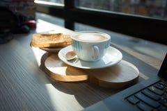 Cappuccino, latte misturado com o mel e posto lhe sobre o brinde Imagem de Stock
