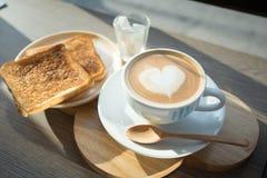 Cappuccino, latte misturado com o mel e posto lhe sobre o brinde Imagem de Stock Royalty Free