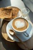 Cappuccino, latte misturado com o mel e posto lhe sobre o brinde Imagens de Stock