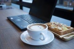 Cappuccino, latte misturado com o mel e posto lhe sobre o brinde Fotografia de Stock